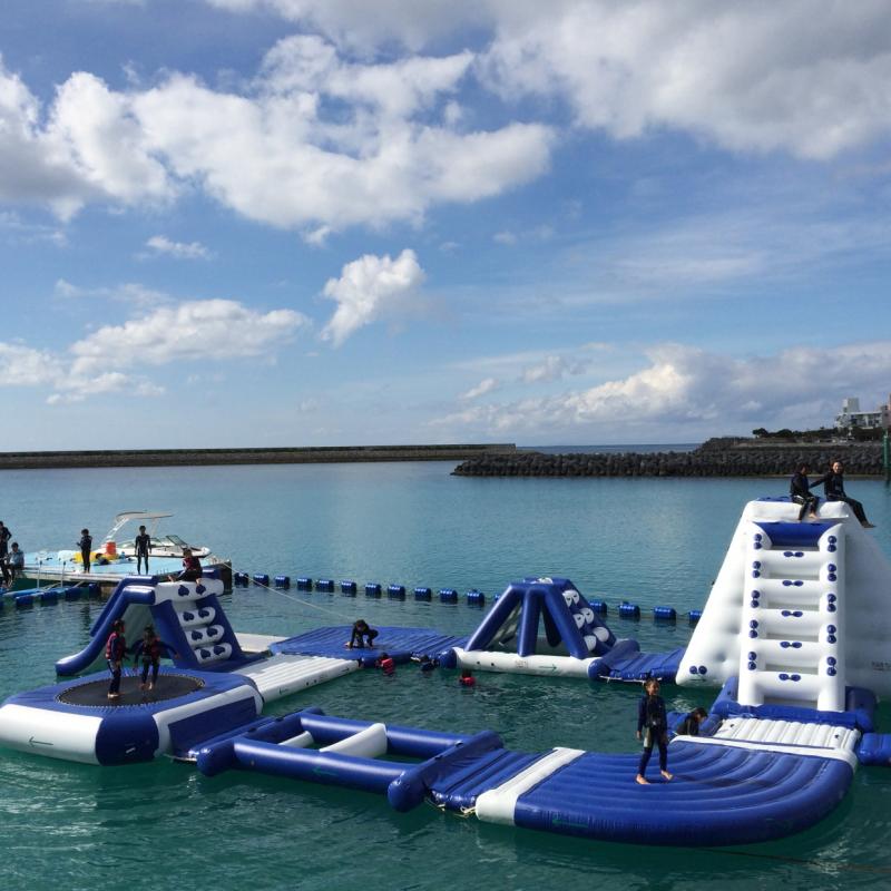 오키나와에서 유일! 1년 내내 즐길 수 있는 바다 위의 워터 파크